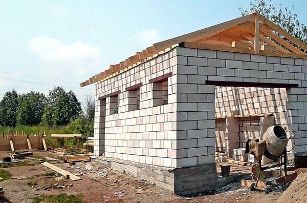 Строим дом своими руками из подручного материала