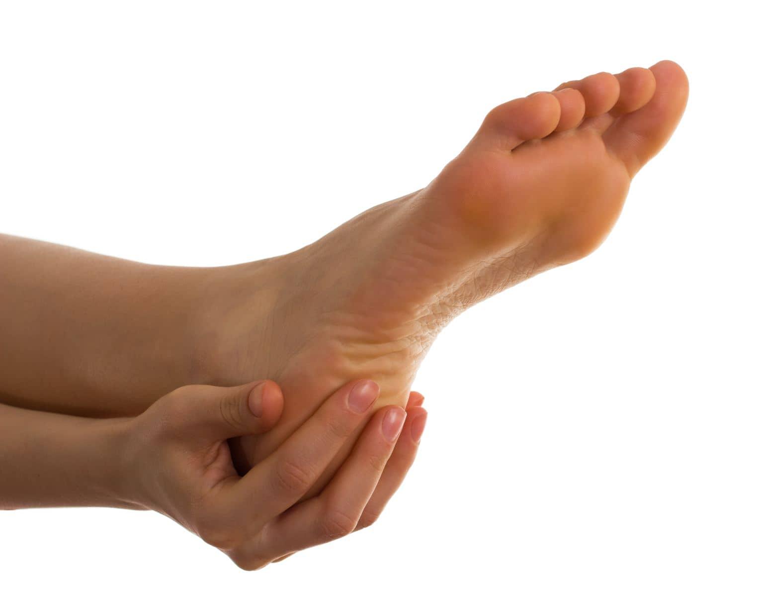 Почему трескаются пятки на ногах? Как их лечить и в чем 41