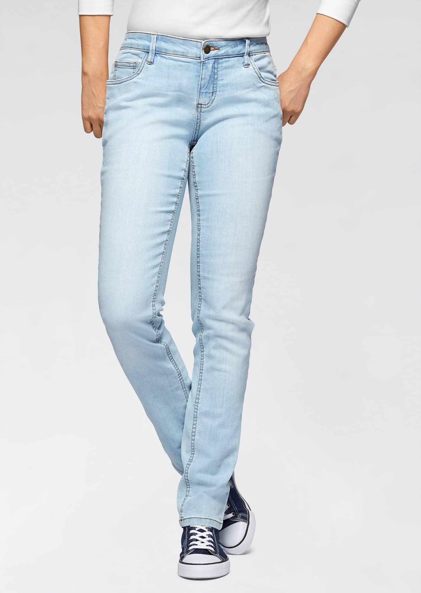 В тренді моделі блідо-блакитного кольору. eae5de5848001293533da889e63adf72  Жіночі джинси мода 2017 з фото актуальні образи кольору поради стилістів ca72fb2c25467