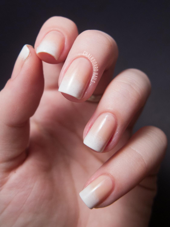 Градиент на ногтях бежевый с белым фото